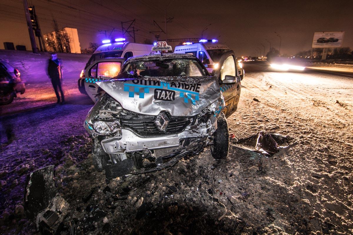 Из-за столкновения у Renault полностью разбита передняя часть корпуса