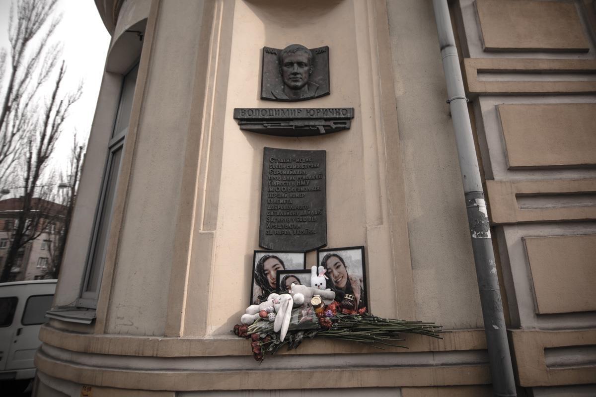 Начало проведения акции у памятного мемориала погибшего на Майдане в 2014 году студента-медика Владимира Юричка