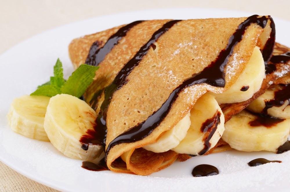 Блины с финиками и бананами можно украсить шоколадом и мятой