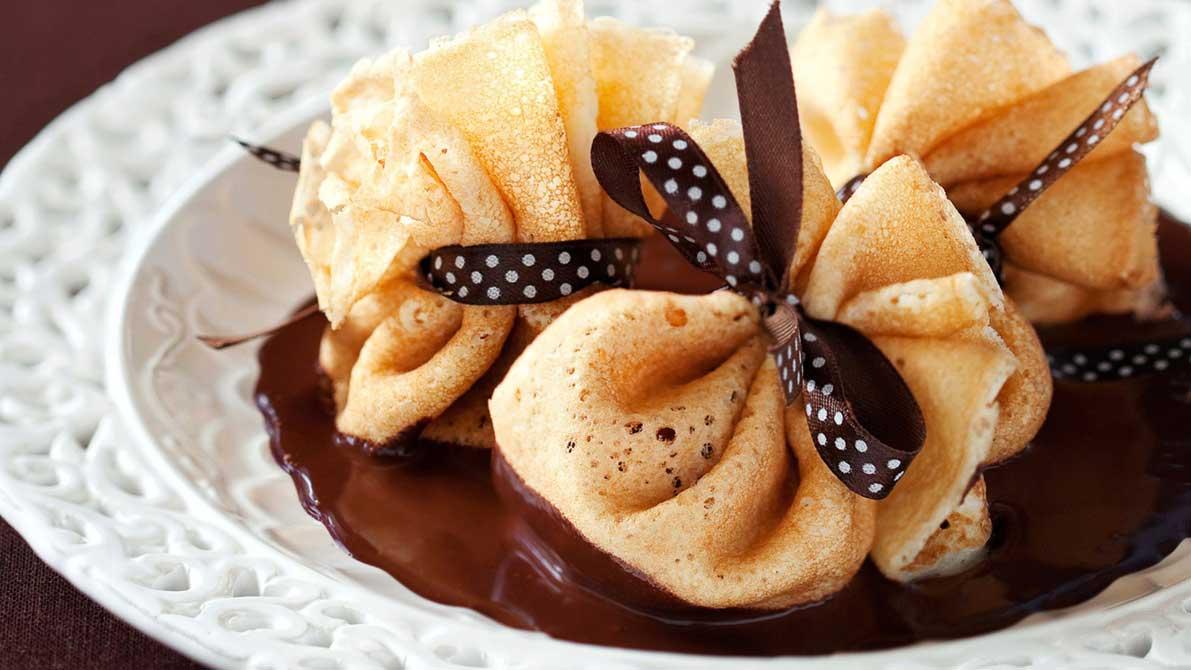 Блины с шоколадным кремом можно завернуть в виде мешочков