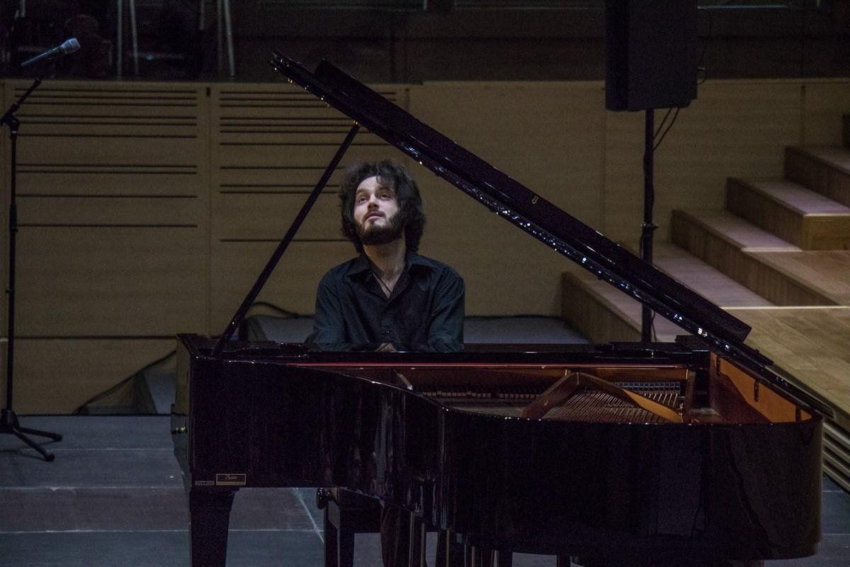 Пианист за роялем исполнил лучшие композиции великого композитора