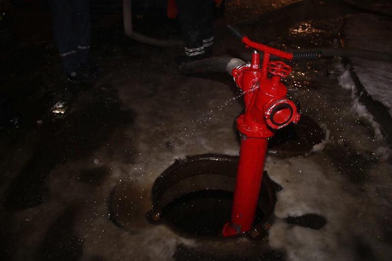 Сотрудники ГСЧС поставили гидрант, однако кондитеры говорят, что потушили огонь ведром воды