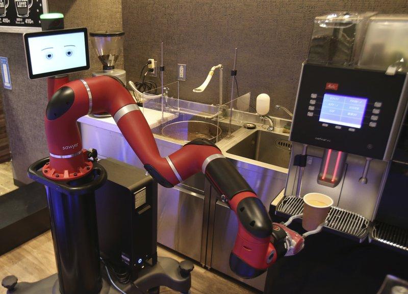 Робот-бариста готовит напитки в кафе Токио