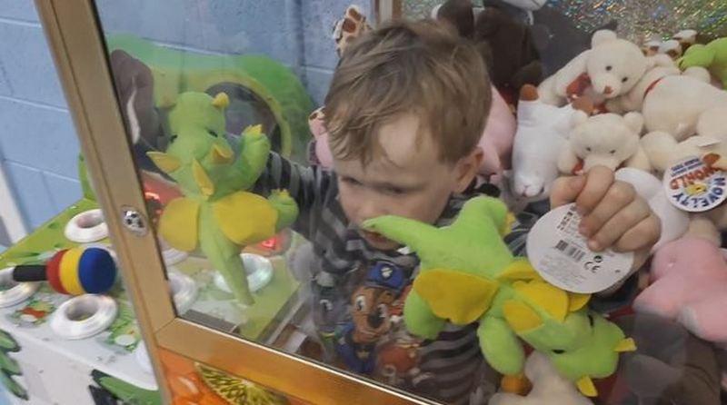 Малыш захотел игрушку и пробрался в автомат