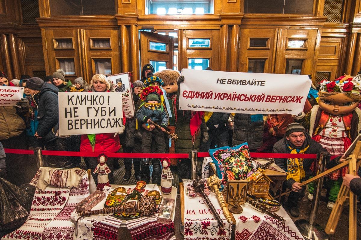 Когда все хорошенько замерзли, митинг переместился в здание КГГА