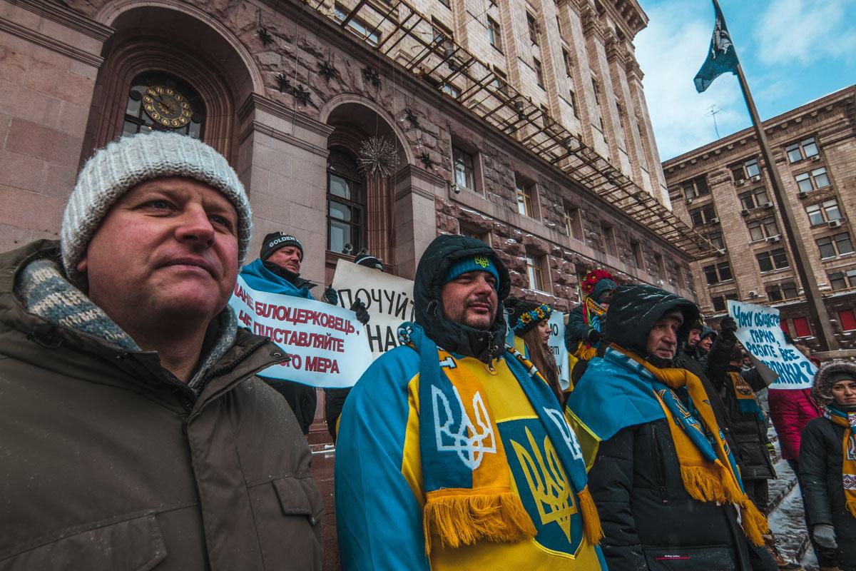 Мужчины пришли с шарфами футбольной сборной Украины
