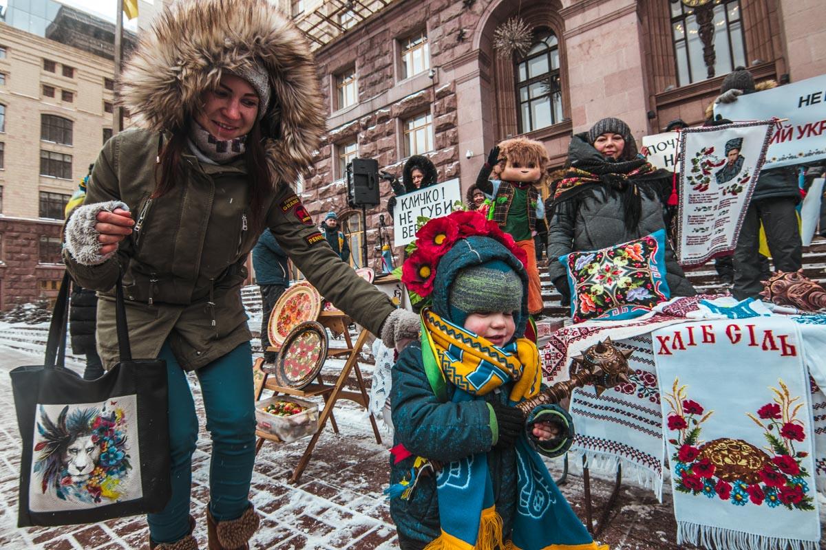 Митингующие под мэрию пришли даже с детками и стояли с ними на морозе около двух часов