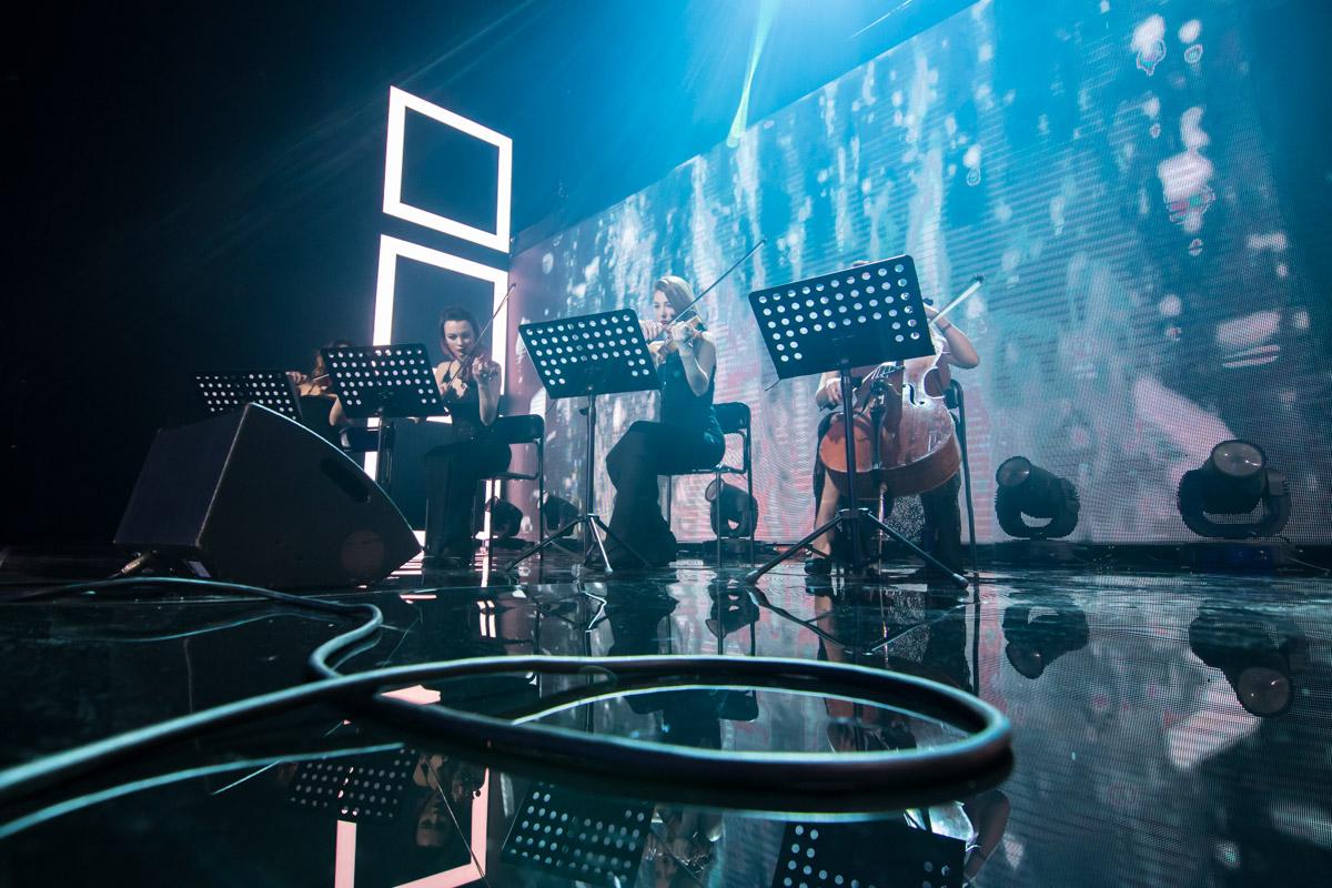 Вместе с рок-группой на сцене играл небольшой оркестр