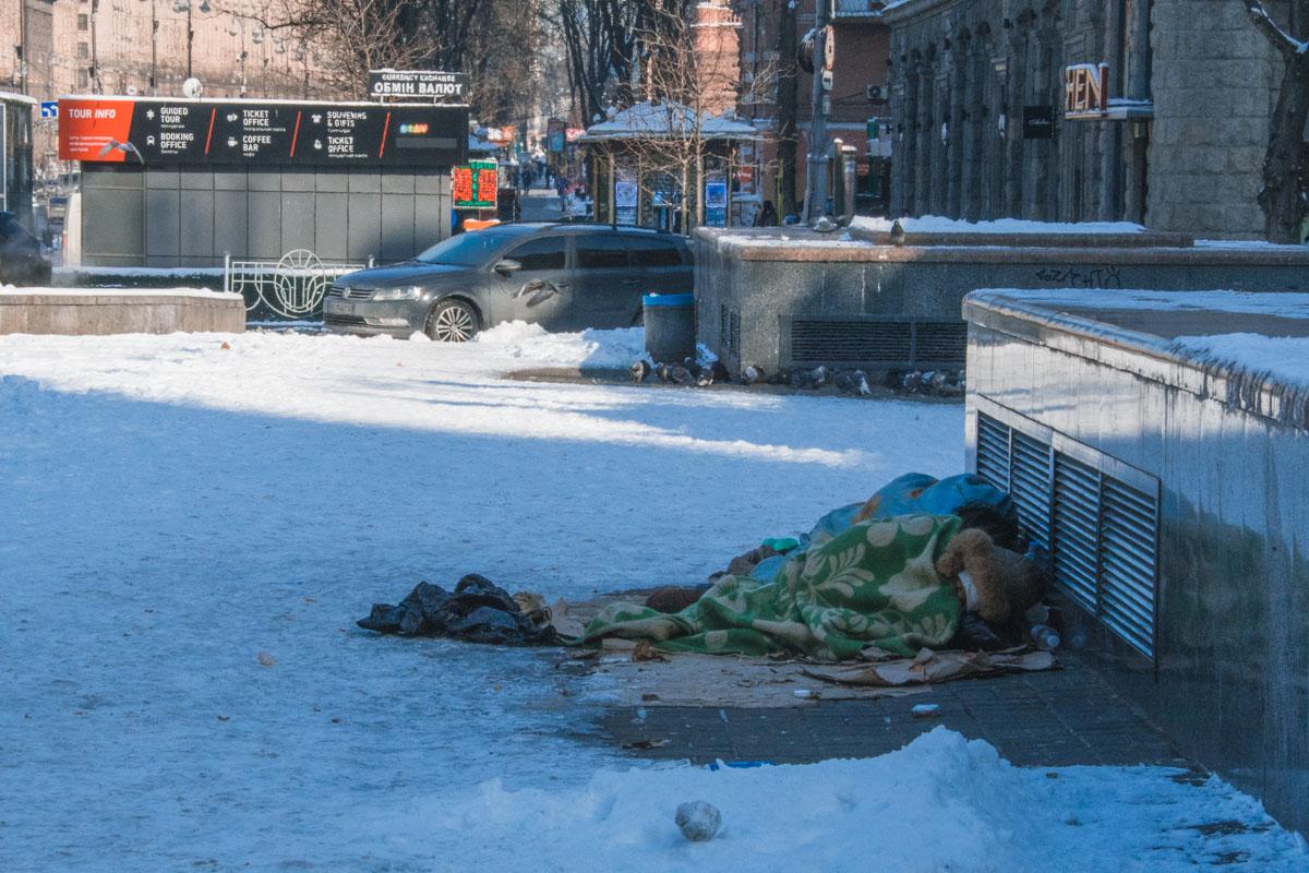 Бездомным приходится выживать в ожидании тепла