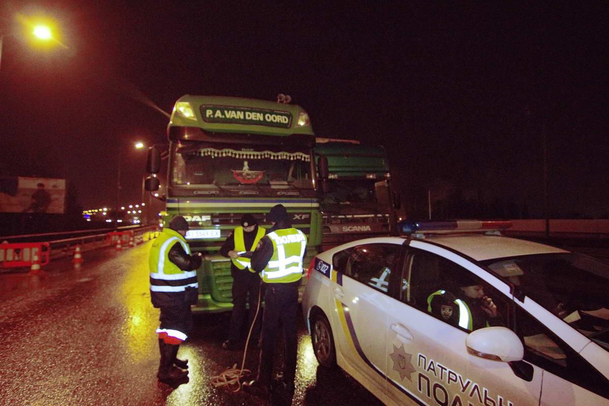Полицейские снимают замеры и опрашивают водителей ДТП