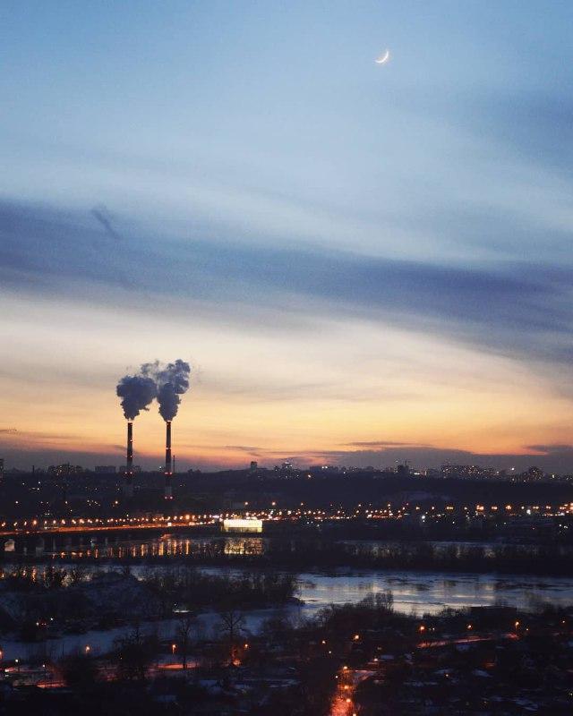 Неестественно-акварельный закат понедельника. Фото Yuriy Yurkevich
