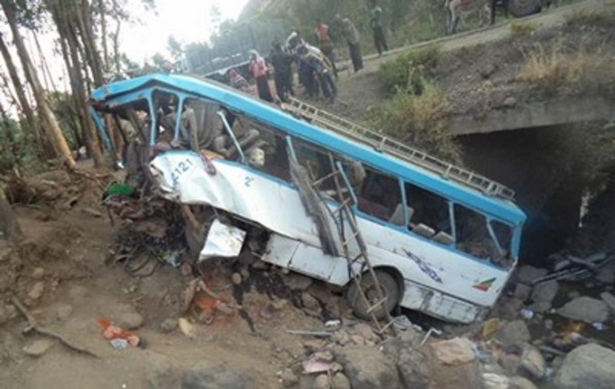 В Эфиопии пассажирский автобус рухнул с обрыва