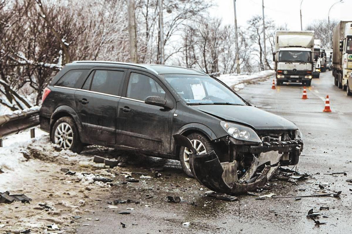 Осколки от автомобилей разбросаны по всей дороге