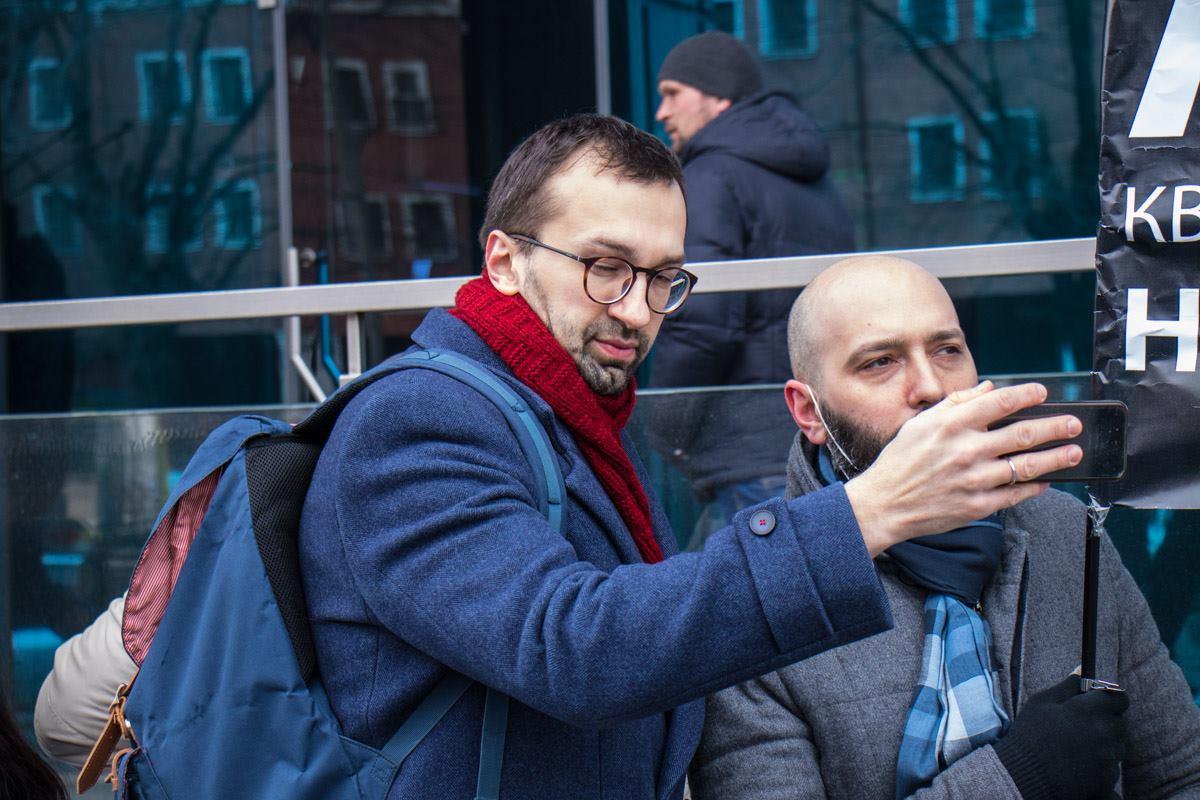 К акции активистов присоединился также нардеп Сергей Лещенко.