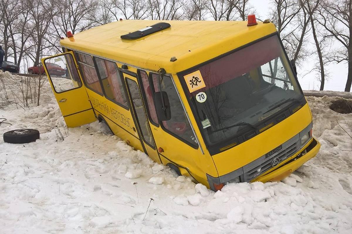 В Сумской области автобус с детьми вылетел с дороги в кювет