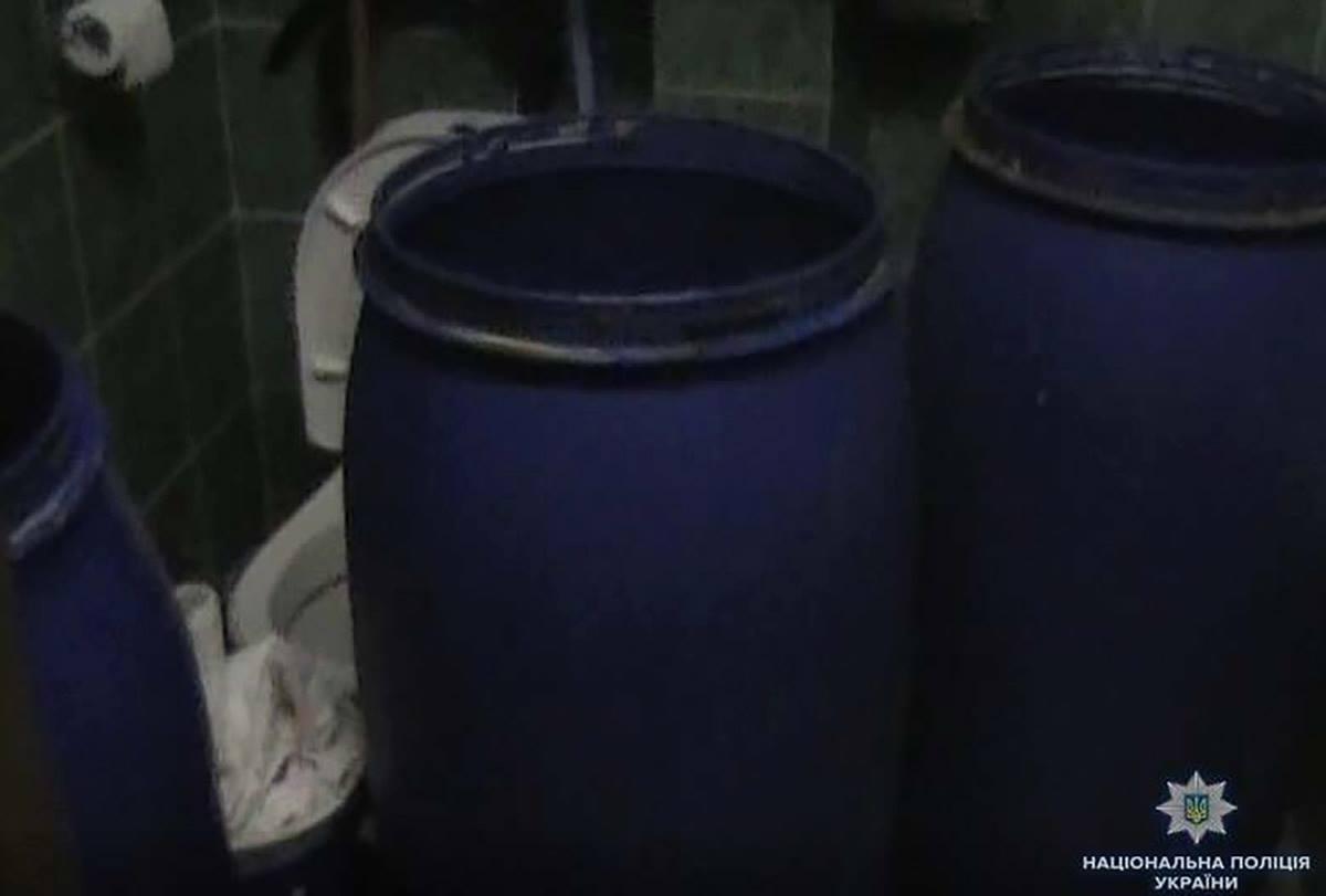 В туалете полицейские нашли три бочки с брагой