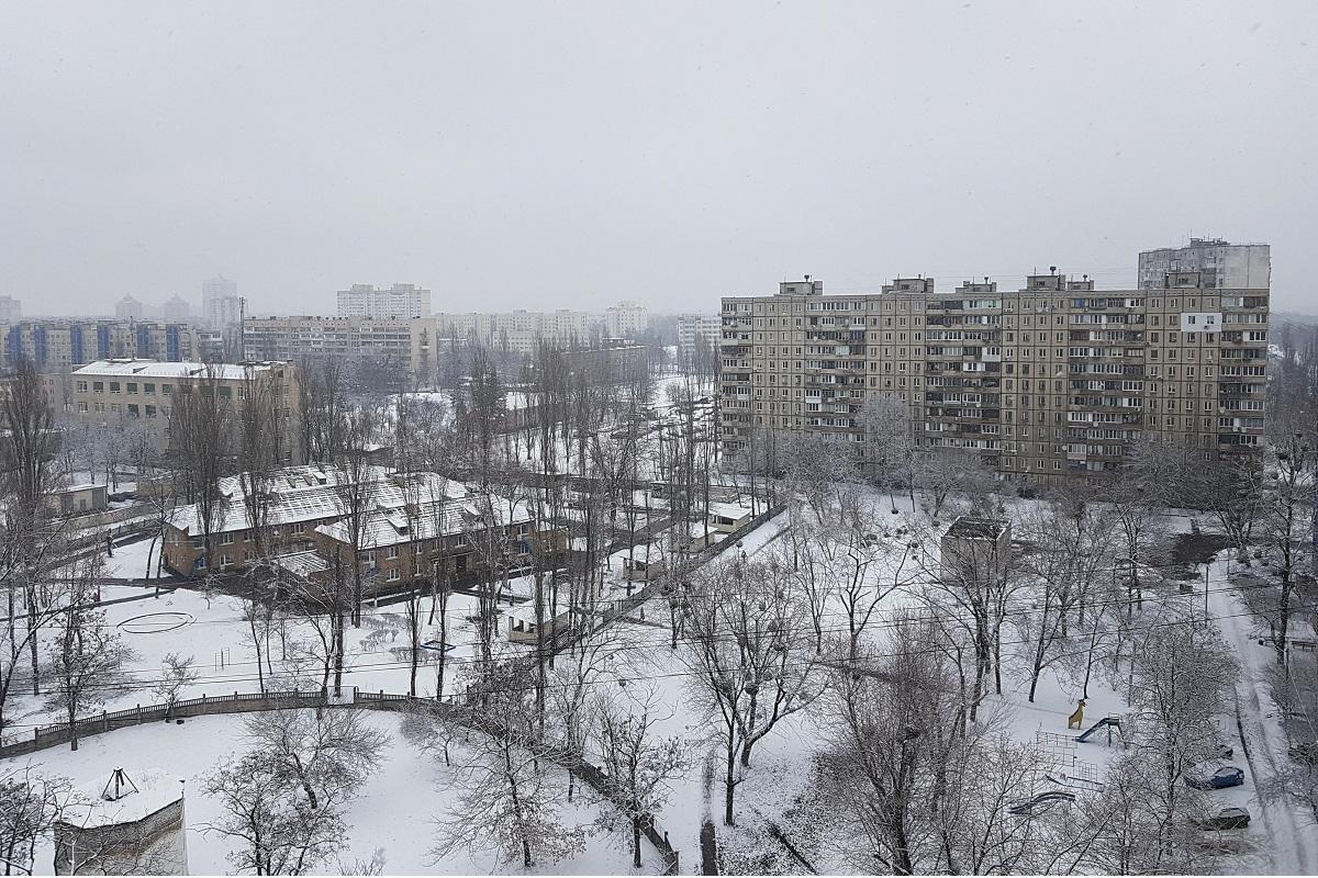 Неприглядные многоэтажки безмолвно стоят, укрытые белым покрывалом