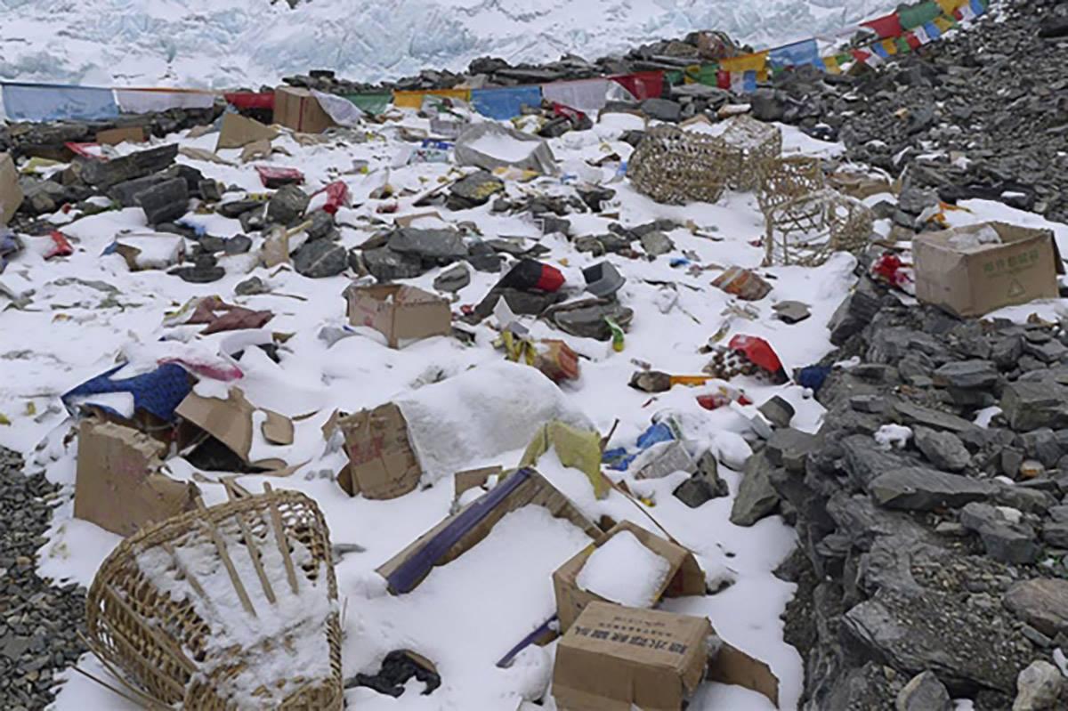 Эверест очистили от пяти тонн мусора