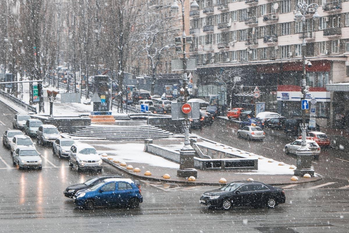 ВКиеве работник диппредставительстваРФ влетел вприпаркованный автомобиль