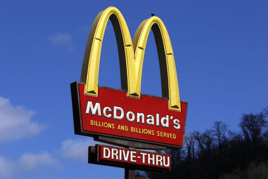 37-летний полисмен напал на логотип McDonald's.