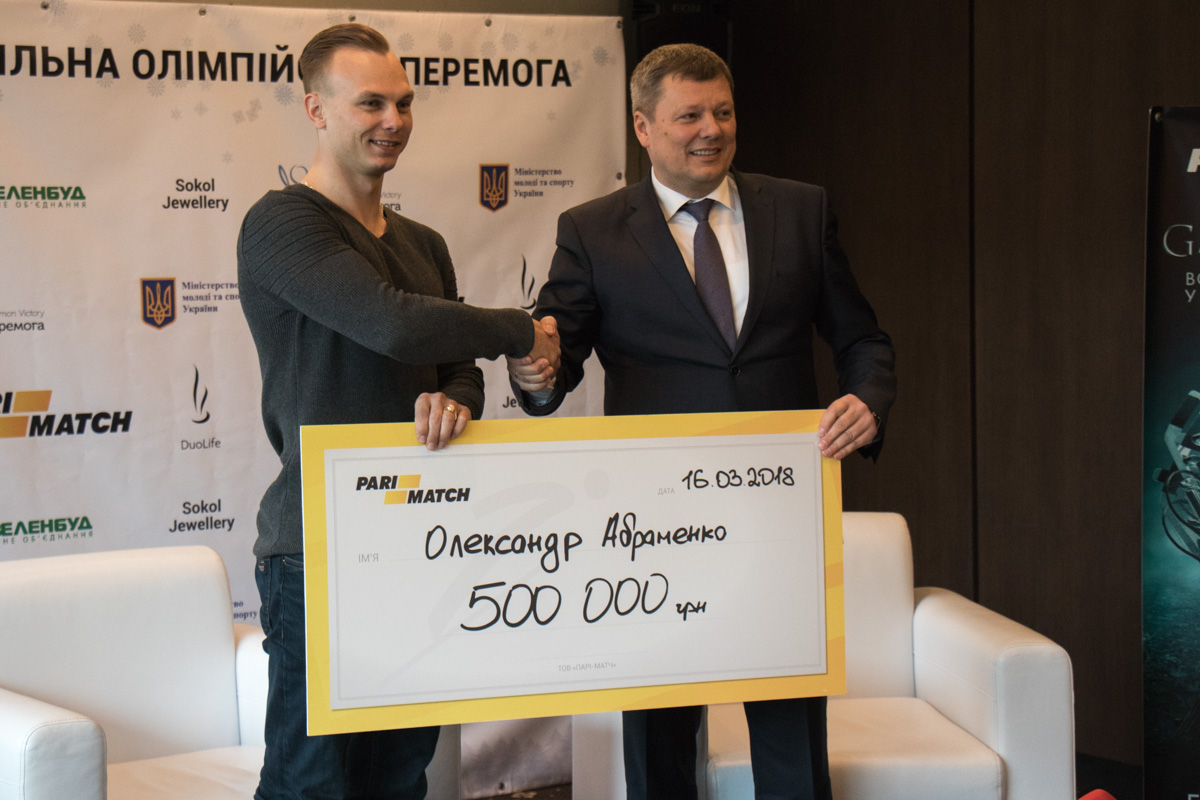 Александру вручили сертификат на 500 000 гривен от компании Parimatch