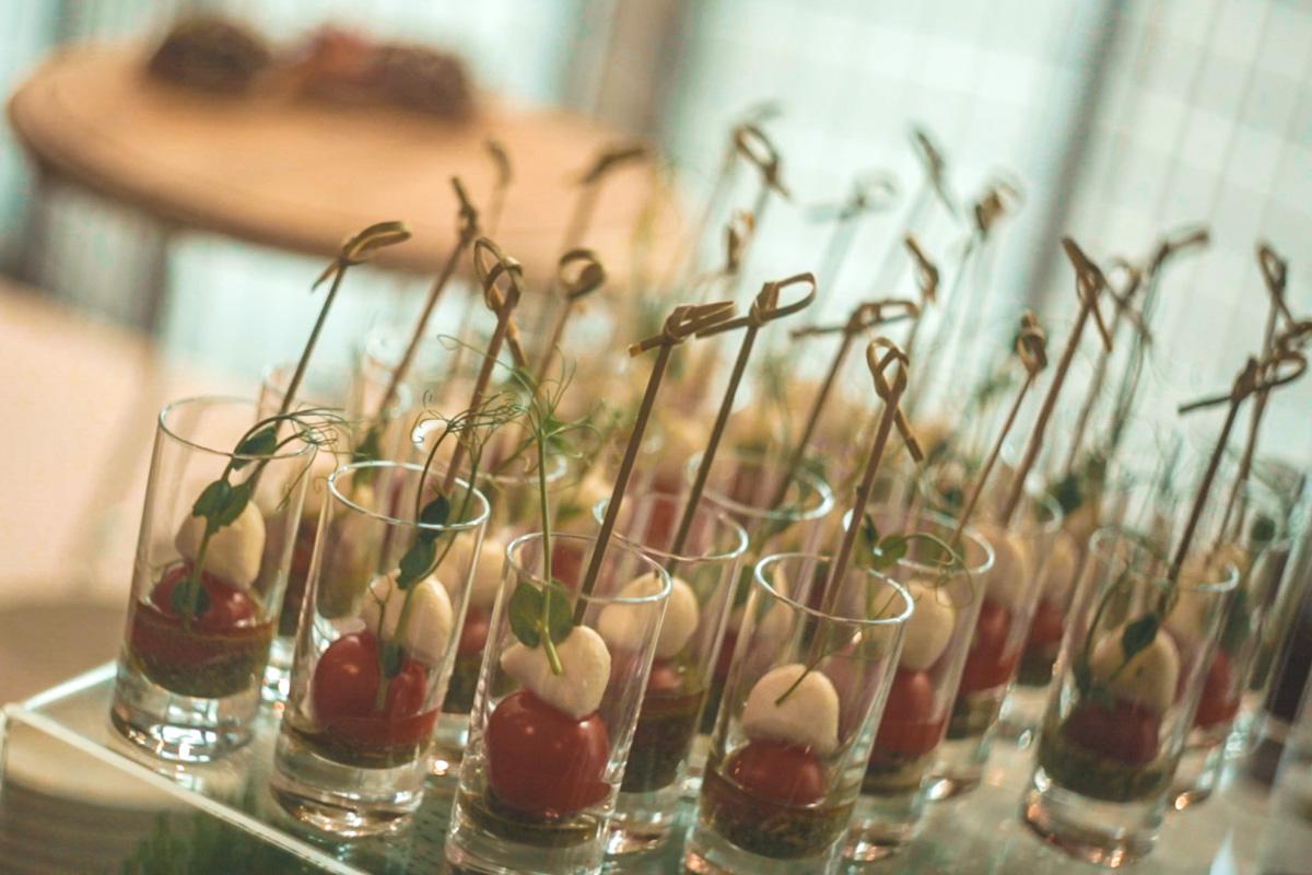 Гостей мероприятия угощали вкусными закусками и различными напитками