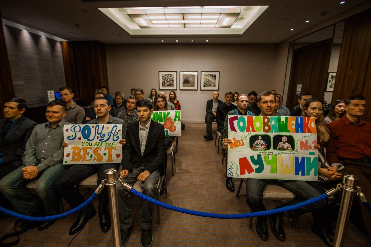 На пресс-конференцию пришли фанаты боксера