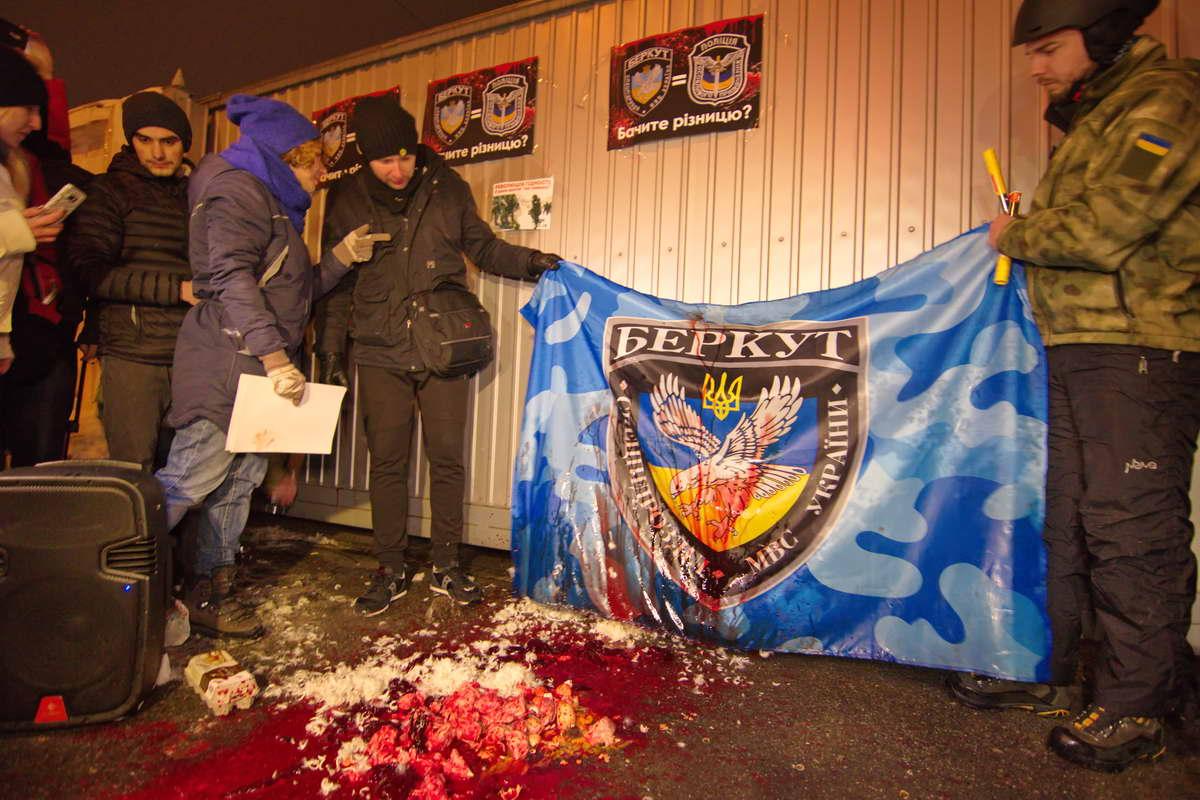 Мужчины сожгли флаг беркута фаерами