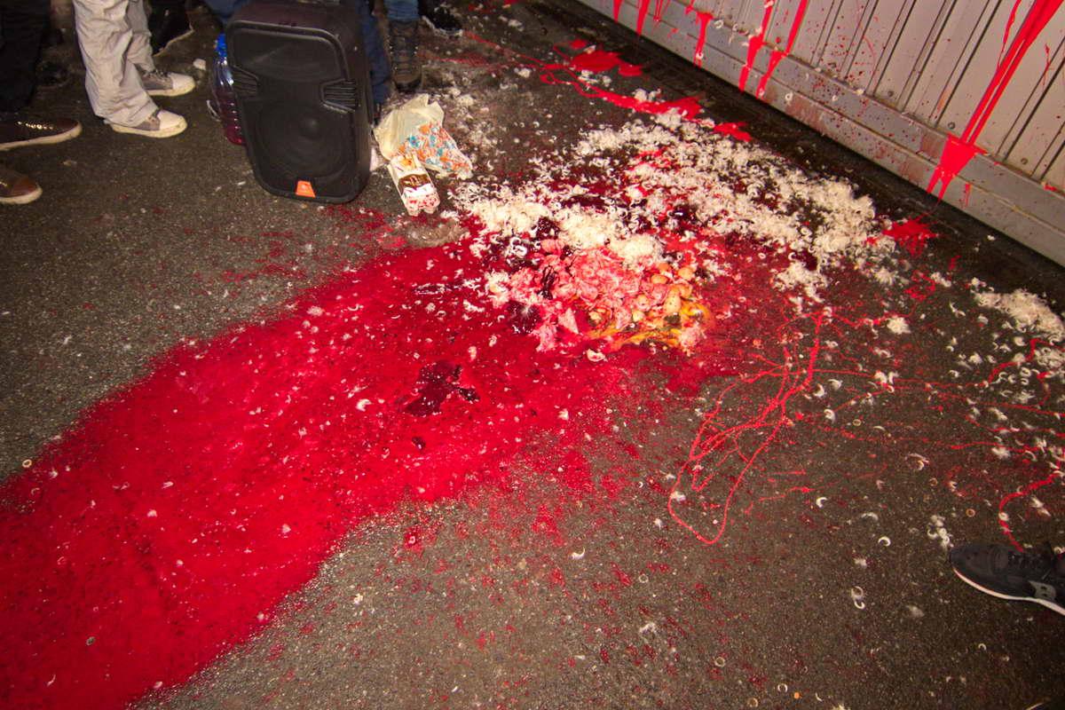 Автомайдановцы забросали асфальт мусором и залили все краской