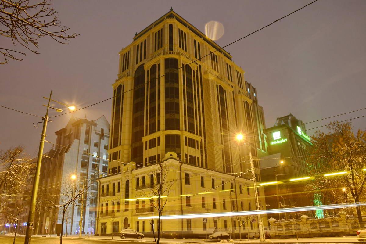 Под покровом ночи здания выглядят совсем по-другому