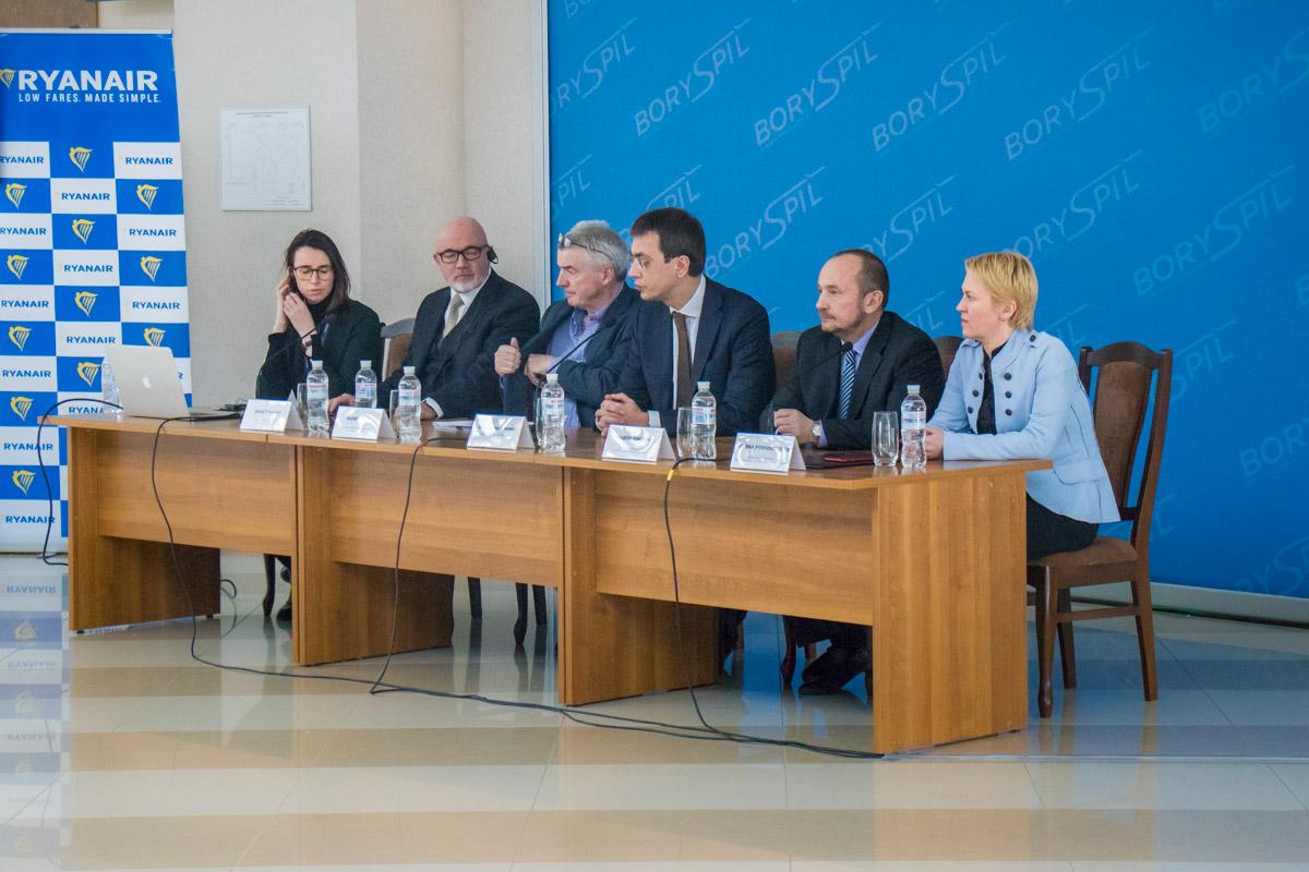 Перед подписанием контрактов все участники пресс-конференции ответили на вопросы СМИ