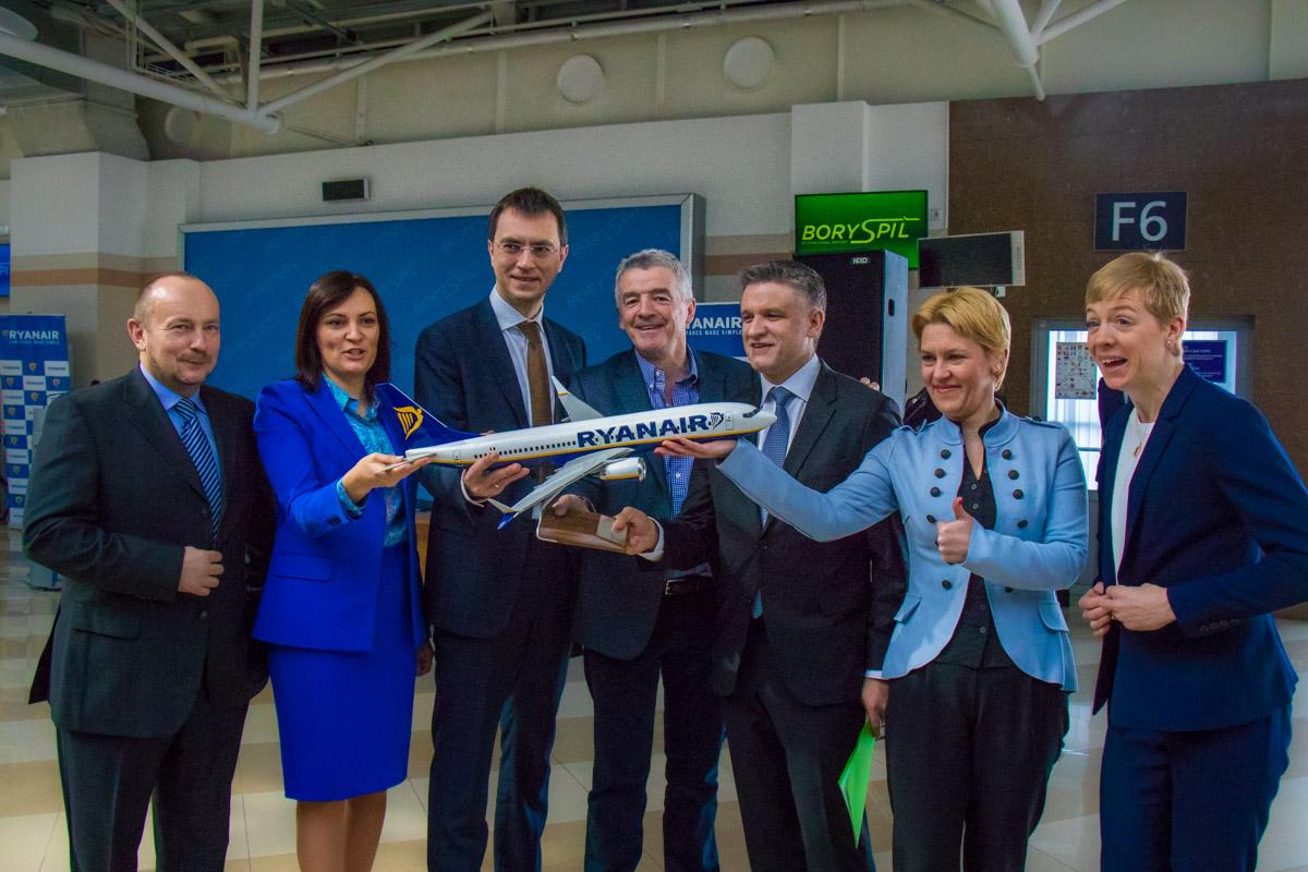 Переговоры велись в основном с Владимиром Омеляном (министр инфраструктуры Украины), его командой и администрацией аэропортов