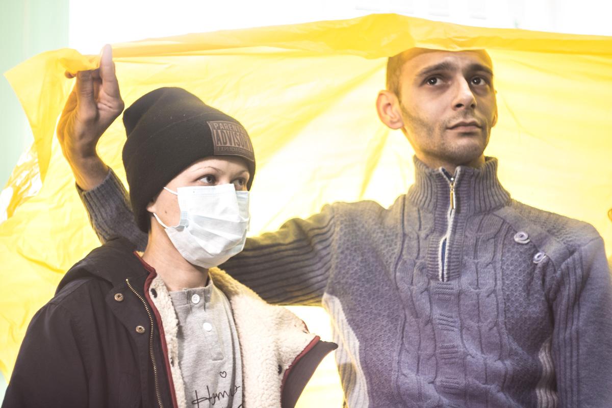 Чтобы не дышать влажным грибковым воздухом, они носят маски