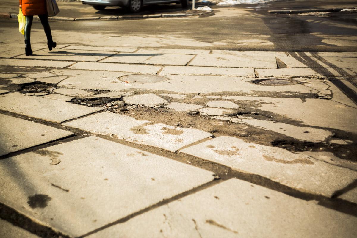 В таких ямах можно повредить не только колеса, но и ноги