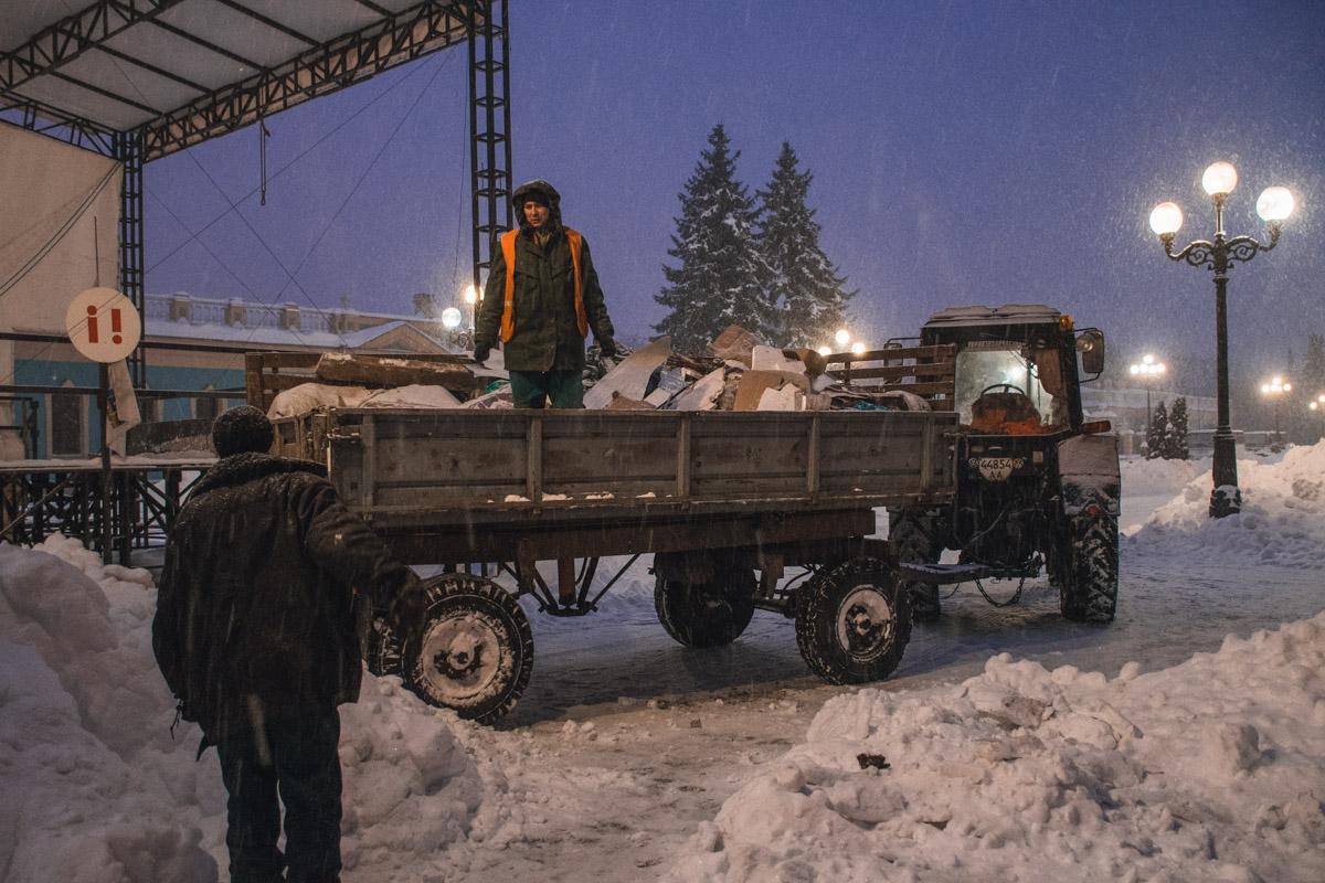 Мусор коммунальщики вывозят на тракторах