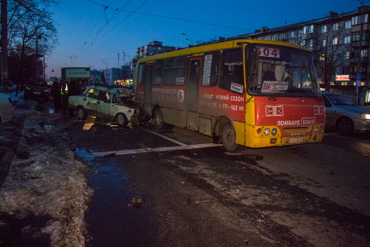 """""""Жигули"""" влетел в маршрутный автобус """"Богдан"""" №504"""