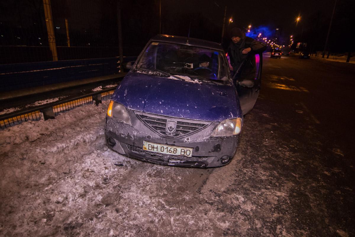 Dacia развернуло и она стала поперек дороги, после чего в авто врезалась Lada
