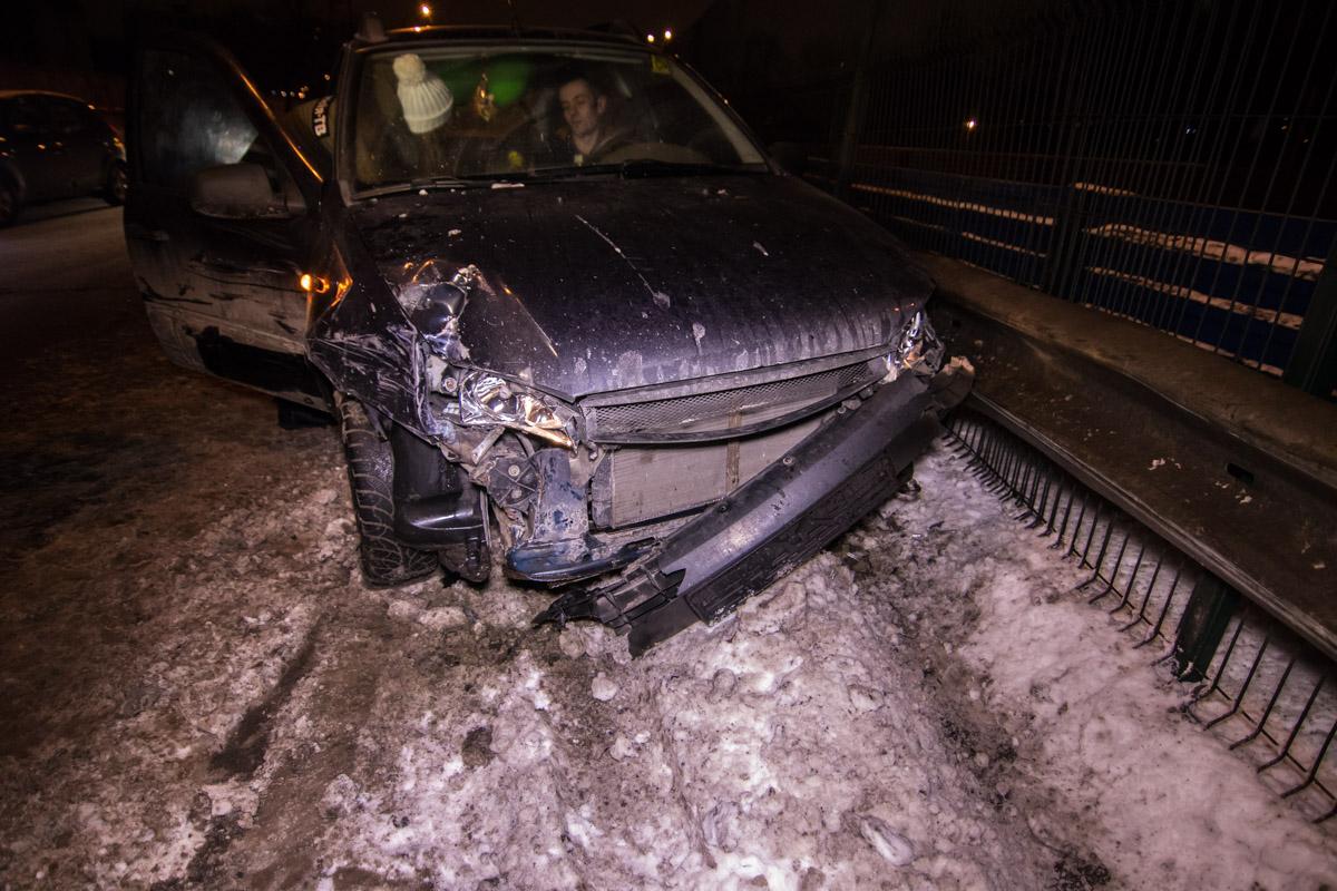 Водитель Dacia Logan говорит, что его автомобиль попал в яму посреди дороги