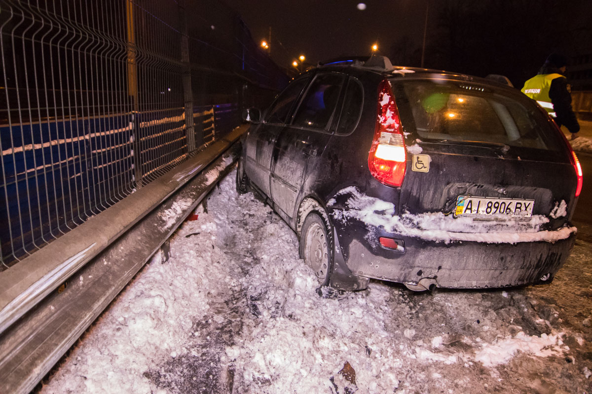 Обе машины ударились об отбойник