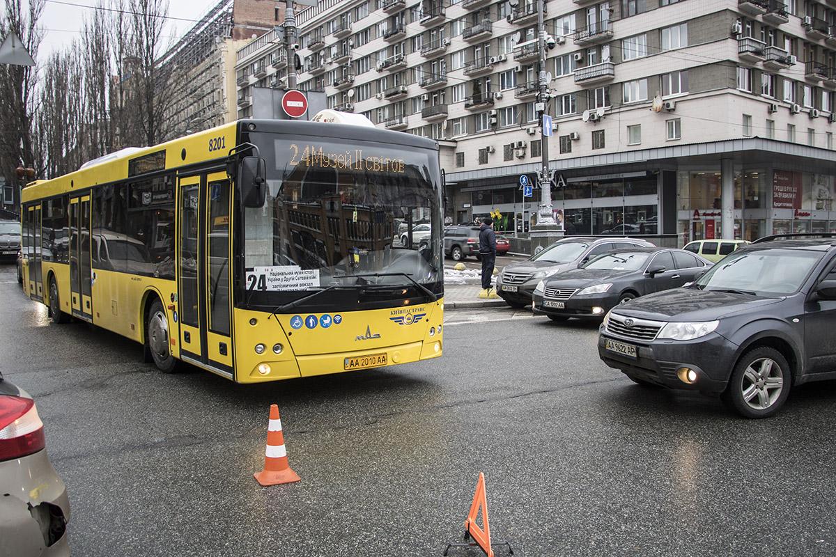 На бульваре Шевченко и на Крещатике в сторону Бессарабки образовалась пробка