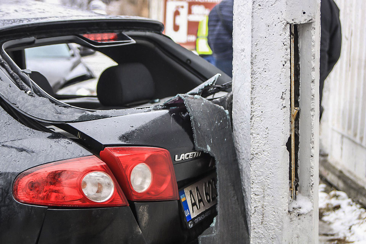 Автомобили остановил столб