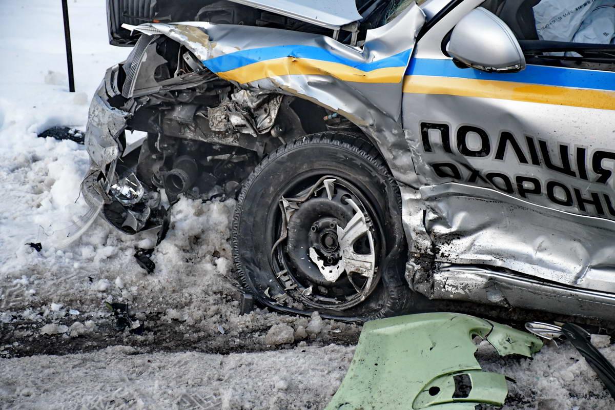 Левую переднюю часть авто полицейских смяло