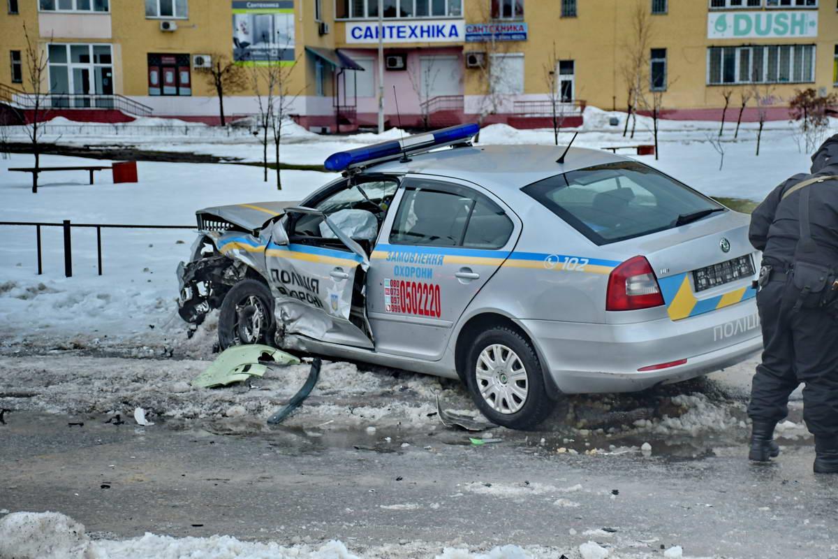 От удара авто Полиции охраны вынесло на тротуар