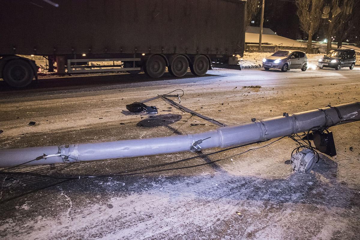 Из-за аварии повредился светофор и линии электропередач