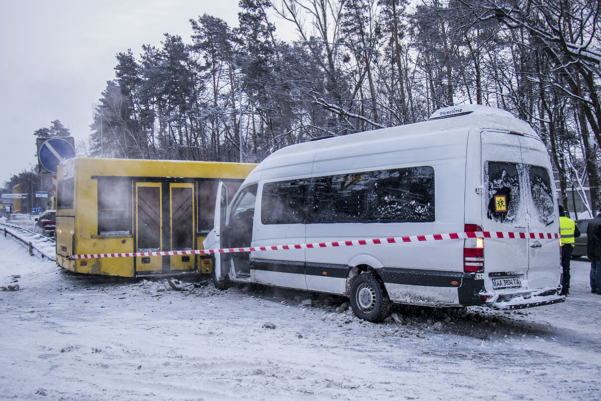 На Житомирской трассе маршрутное такси столкнулось с автобусом