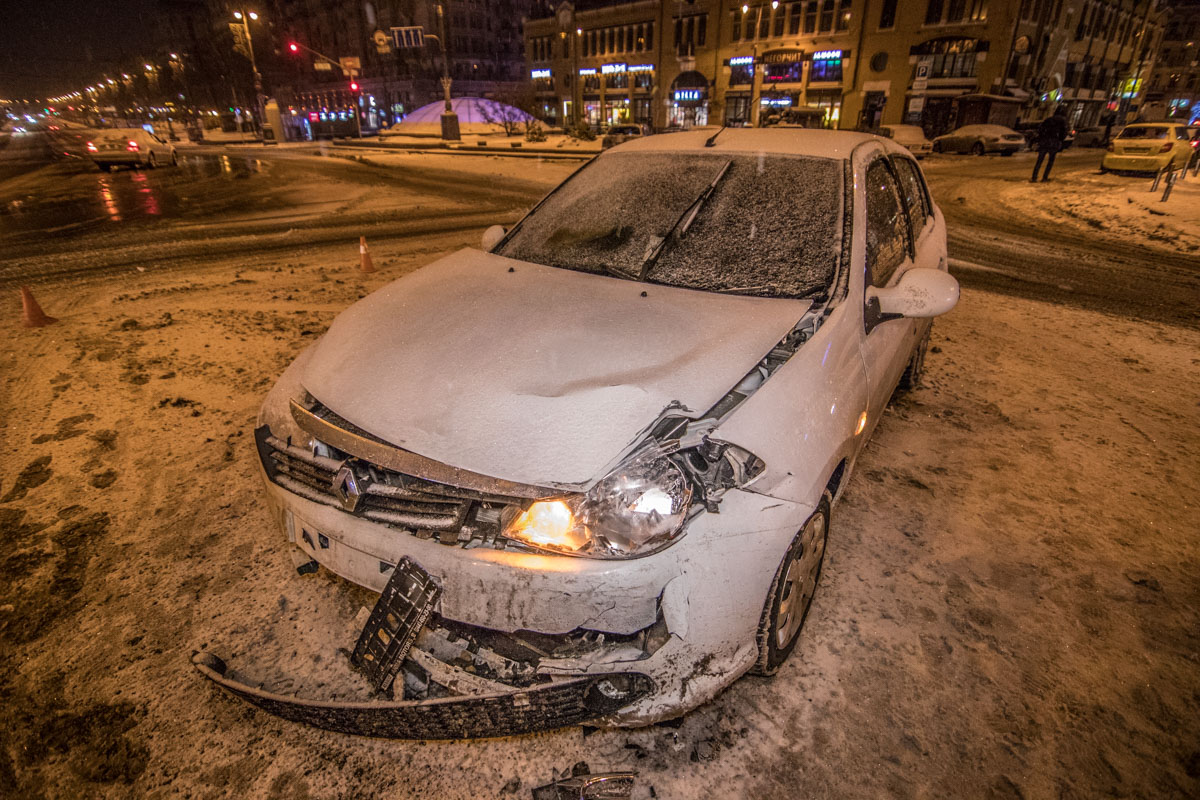 Передняя часть Renault сильно повреждена