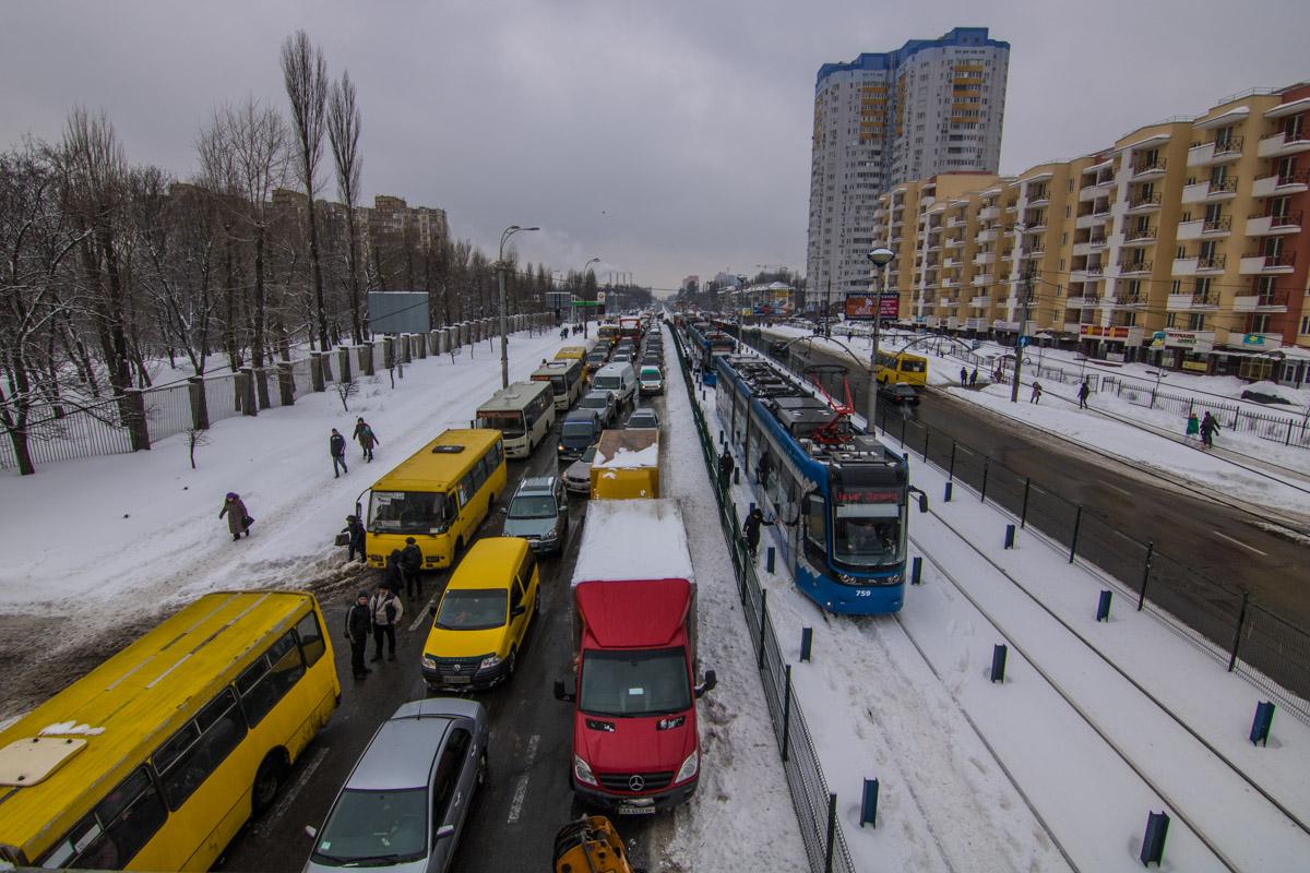 На улице Борщаговской образовалась большая пробка