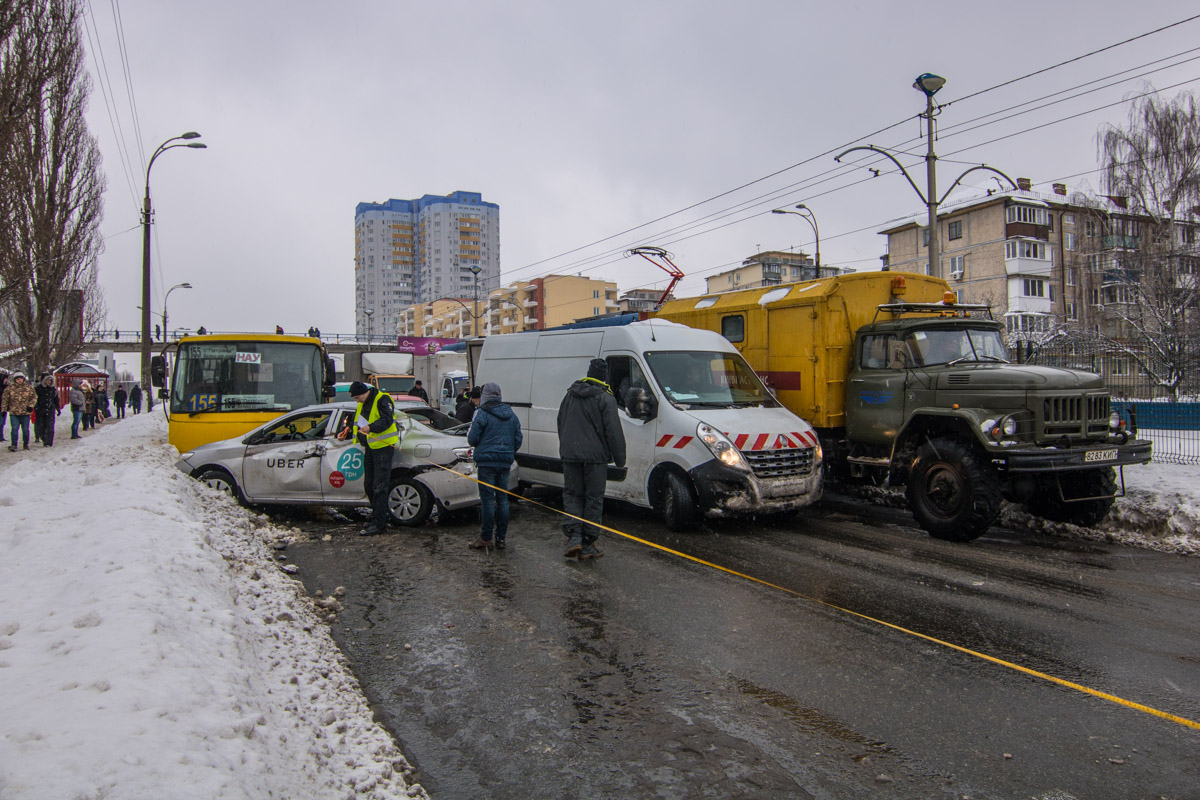 На месте ДТП работала полиция и коммунальщики