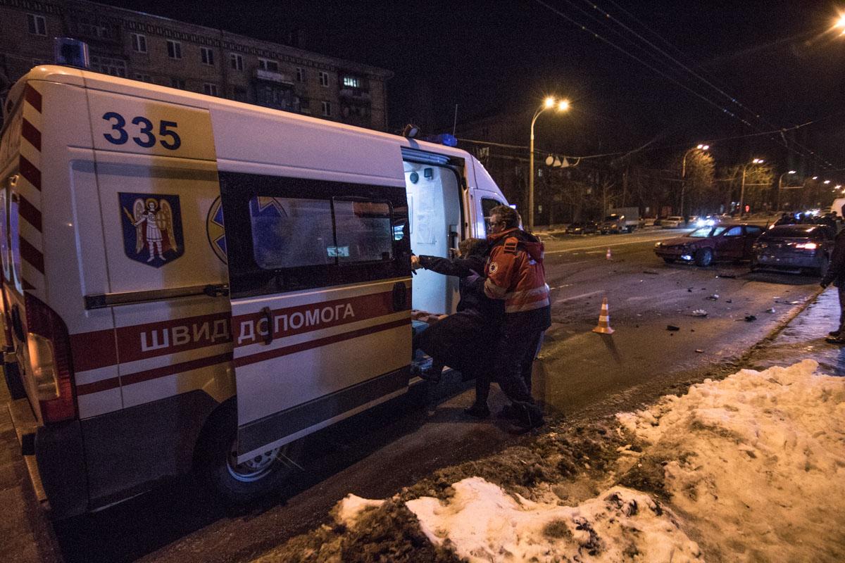 В момент аварии на остановке находилась пожилая женщина, ее осмотрели медики