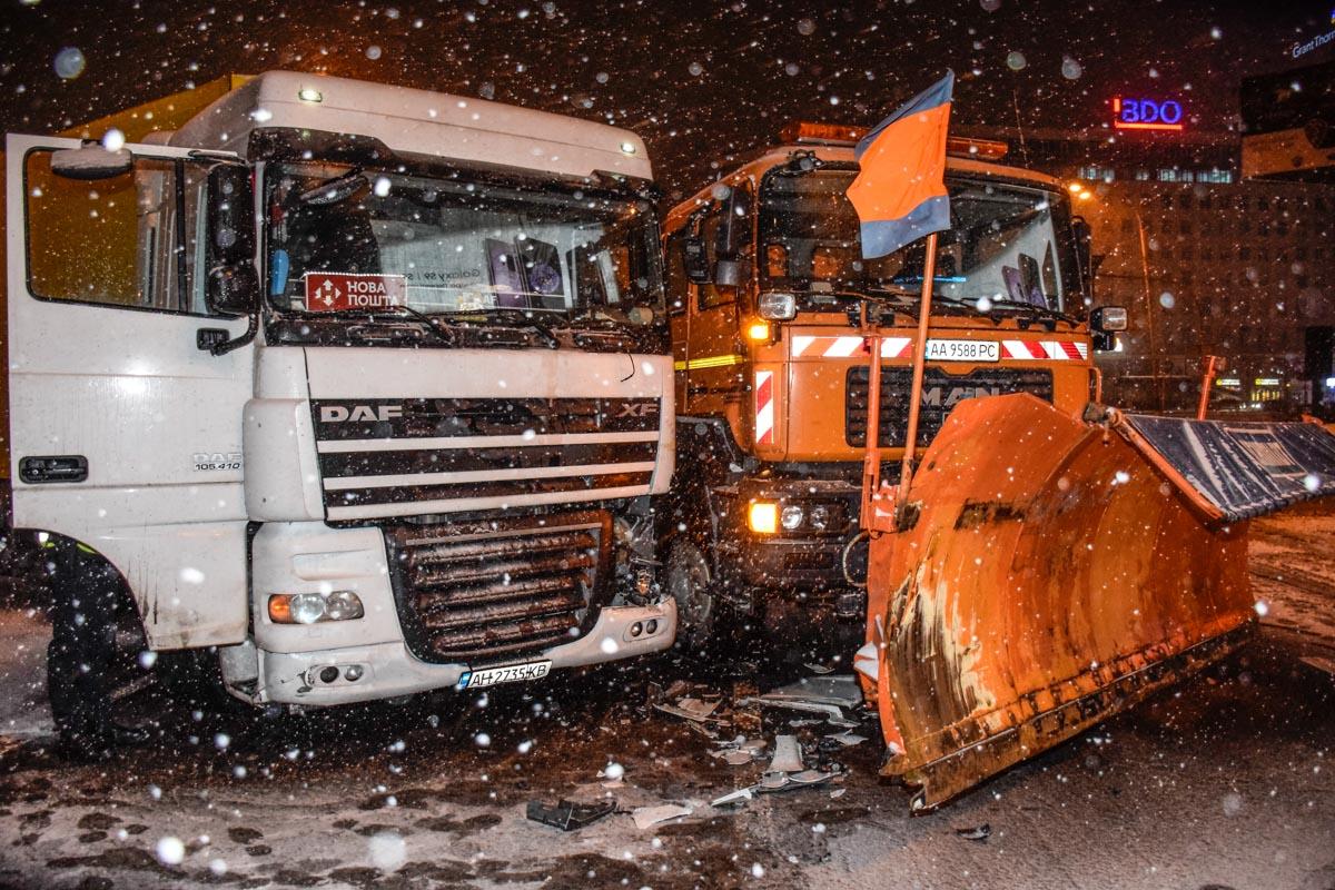 Фура Новой почты въехала в снегоуборочную машину
